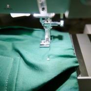 Epingler soigneusement la coulisse en place et la piquer le long du bord de l'élastique, étirer l'élastique de manière régulière pendant la couture. (là encore j'utilise mon pied à fermeture)