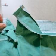 Surfiler les bords inférieurs des ceintures intérieures (non entoilées). Epingler et piquer les ceintures exétieures (entoilées) à la taille, endroit contre endroit. Plier chaque paire, intérieur et extérieur de ceinture, endroit contre endroit et piquer leurs extrémités.