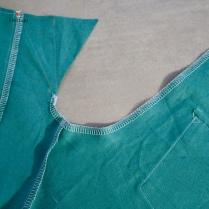 Surfiler les bords de la fourche à partir de la taille au dos jusqu'au repère pour l'emplacement de al braguette sur le devant.