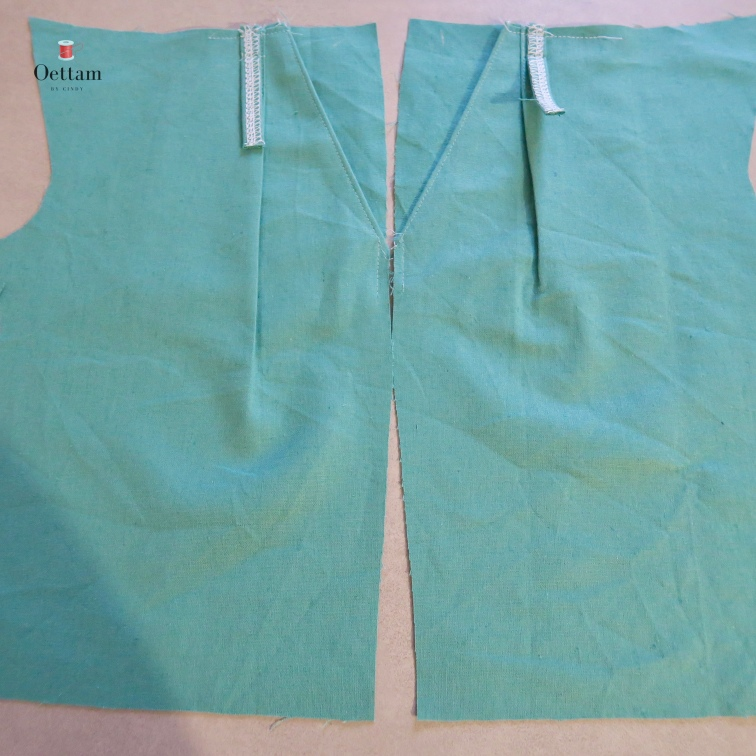 avec deux rangées de points. La première dans la marge de couture de la taille, la second à 2 cm au dessous du bord de la taille.