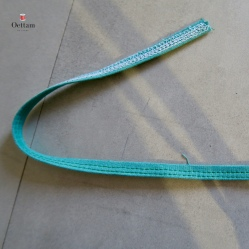 Plier la bande en trois dans sa longueur et surpiquer deux rangées parallèlles au milieu de la bande. Couper la bande en 5 morceaux égaux.