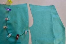 Rabattre le dessus de poche vers l'envers et surpiquer l'ouverture de poche. Epingler ensemble les dessous et dessus de poche, endroit contre endroit et piquer chaque fond de poche.