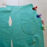 épingler et piquer un dessu de poche au bord de l'ouverture de poche de chaque devant, endroit contre endroit