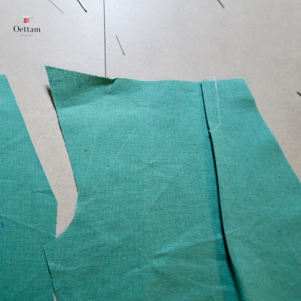 Courber la couture pour finir sur la pliure du bas du pli. Coucher l'embu des pli vers le milieu devant