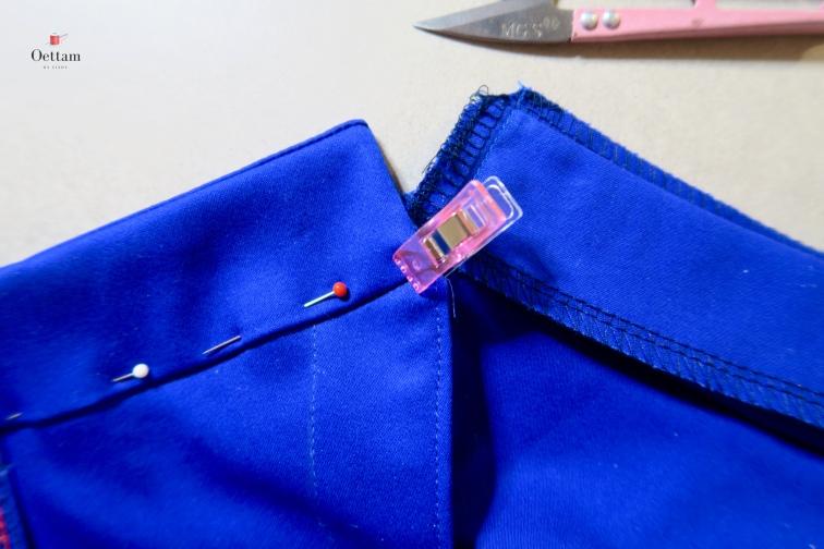 Epingler le bord infréieur des ceintures intérieures sur l'envers de la taille. Piquer le bord de chaque ceinture intérieure à la taille. Travailler sur l'endroit des devants et piquer dans le creux de la couture de la taille (pour plus de facilité j'utilise le pied à fermeture éclair)